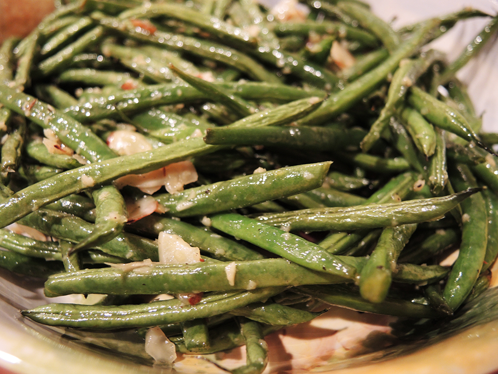 Roasted Green Beans with Garlic and Almonds | Man Fuel - a food blog