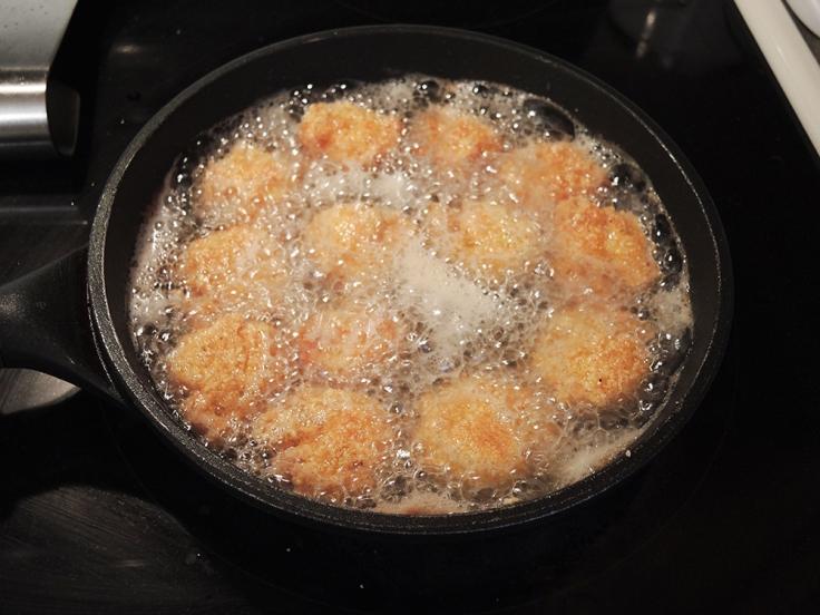 Man Fuel - a food blog - Frying Cornmeal Breaded Shrimp